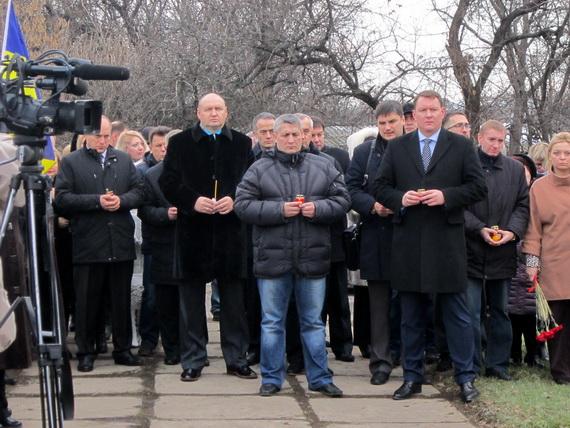 В Краматорске состоялся траурный митинг в память о жертвах голодомора (ФОТО и ВИДЕО) (фото) - фото 1