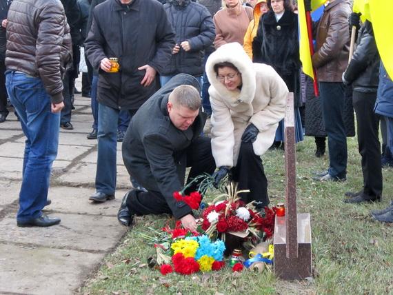 В Краматорске состоялся траурный митинг в память о жертвах голодомора (ФОТО и ВИДЕО) (фото) - фото 8